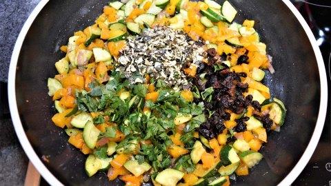 Chamäleon Kürbis gefüllt mit Quinoa
