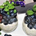Chia und Quinoa in samtiger Umarmung von Soja Joghurt