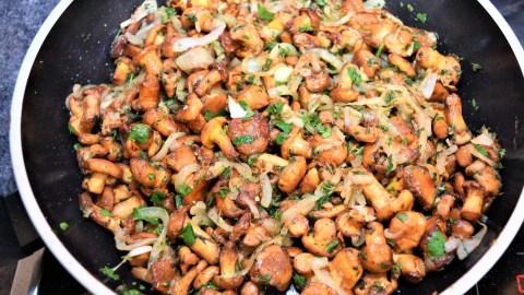 Pfifferlinge mit Schnitzel in Erdnusspanade