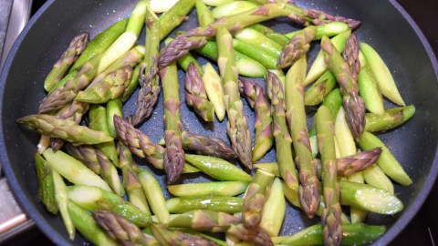Grüner Spargel auf Mix Salat mit Pistazienöl Dressing