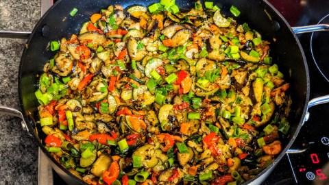 Schnelles mediterranes Gemüse auf Bandnudeln-Vegetarisch
