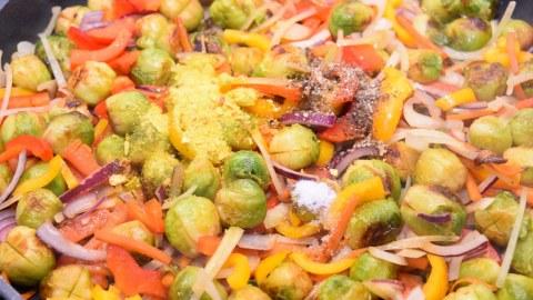 Gebratener Rosenkohl mit buntem Gemüse