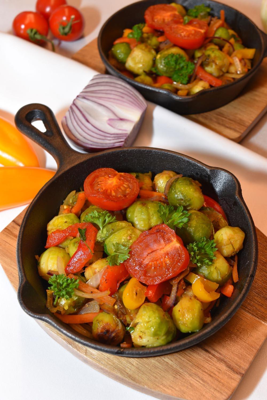 Gebratener-Rosenkohl-mit-buntem-Gemüse