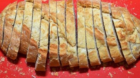 Pizza-Tarte aus altem Brot Schneiden