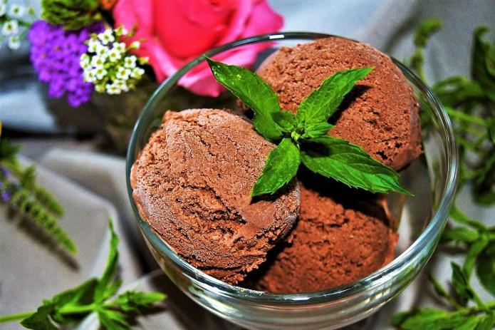 Zartbitter Schokoladeneis mit Minze