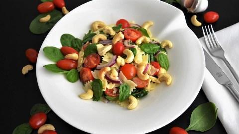 Farfalle-Spinat-Salat mit Cashewkernen