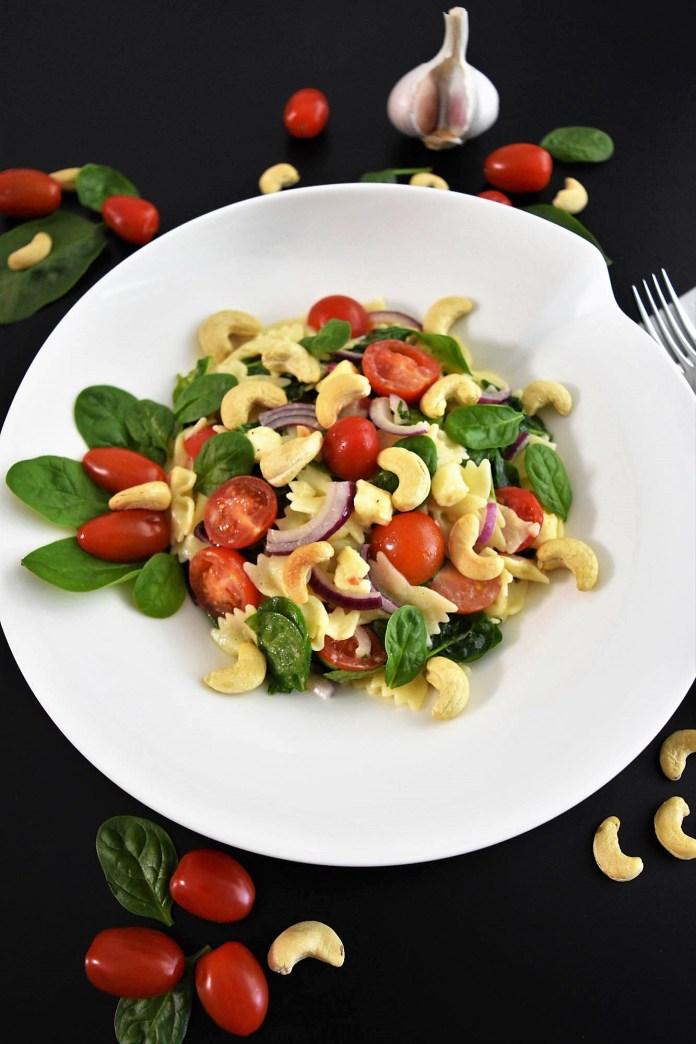 Farfalle-Spinat-Salat mit Cashewkernen Grillen