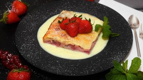 Schichtkuchen mit Joghurt-Erdbeeren Anrichten
