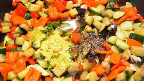 Nudeln mit Gemüse nach mediterraner Art