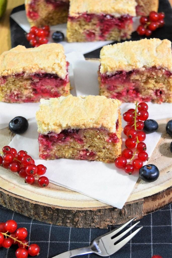 Mandel-Grieß Kuchen mit Johannisbeeren-Kuchen mit Obst-ballesworld