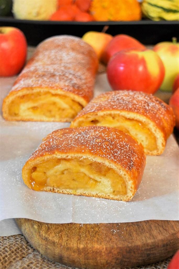 Hefeteigstrudel mit exquisiter Apfelfüllung-Dessert mit Obst-ballesworld