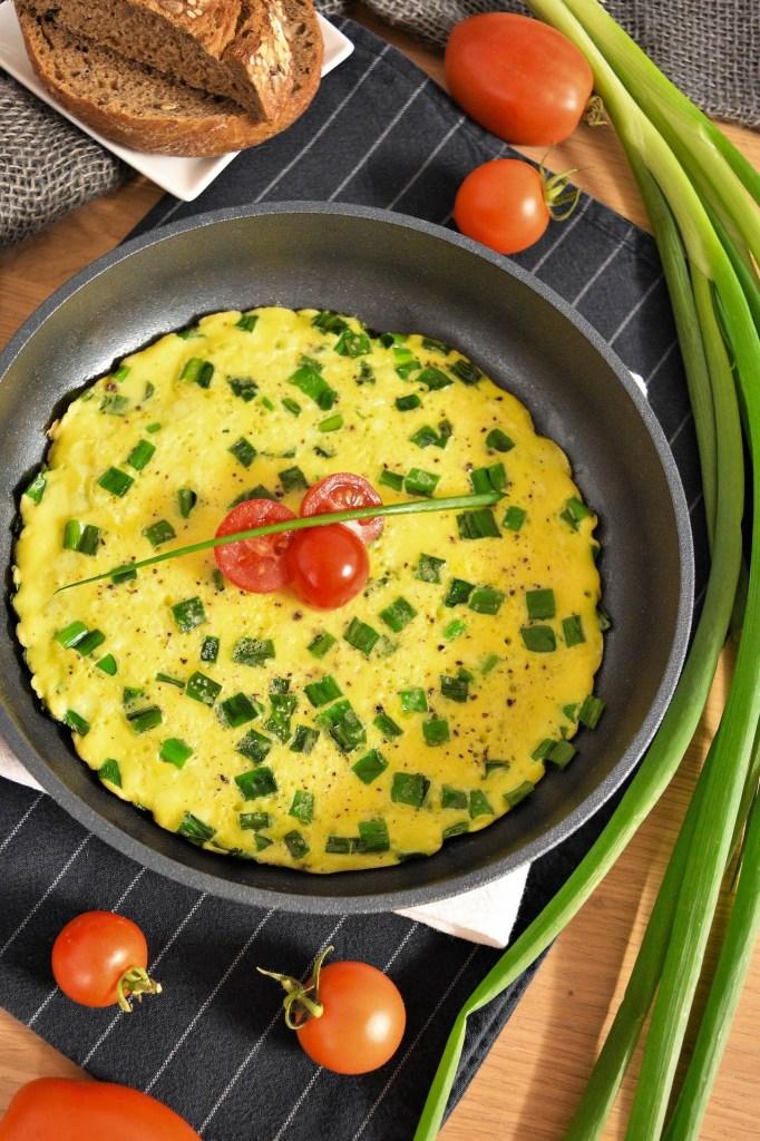 Omelett mit Lauchzwiebelgrün -Frühstück-ballesorld