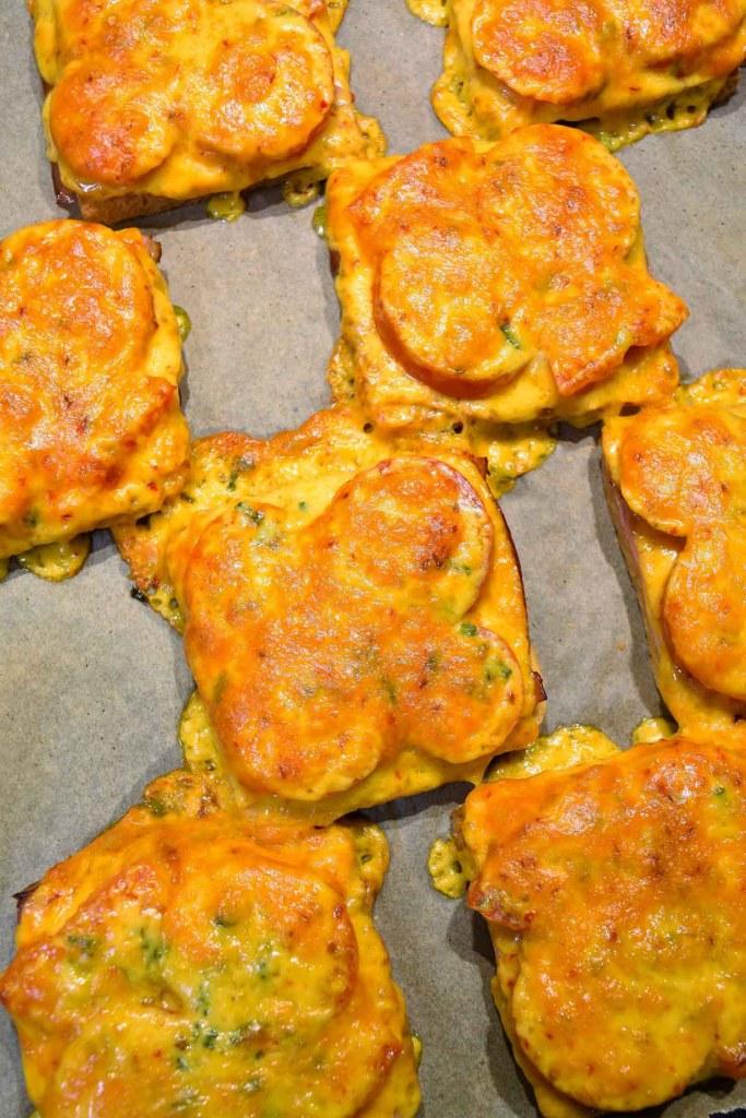 Überbackener Toast mit Tomaten und Käse-Schnelle Toast-ballesworld