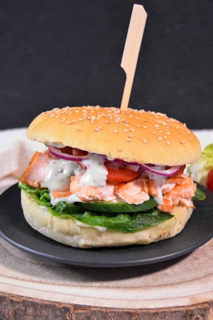 Pulled Lachs Burger mit Limettensoße-Gesund-ballesworld