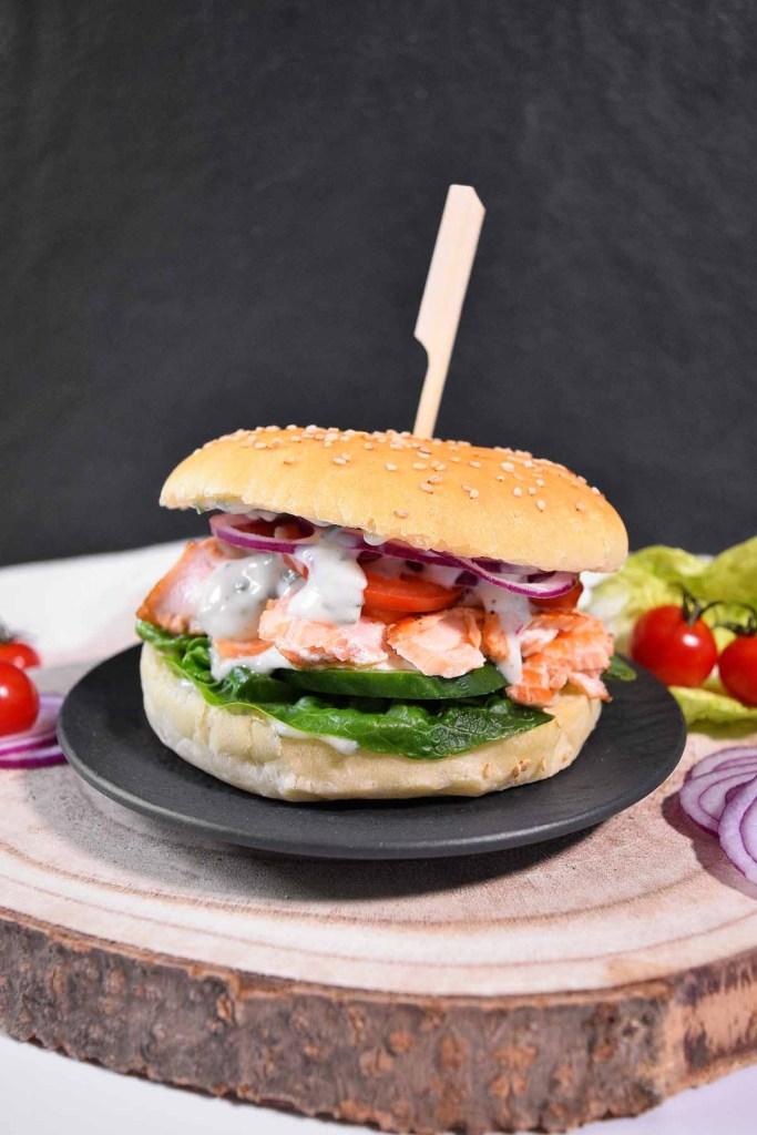 Pulled Lachs Burger mit Limettensoße-Lachs Hamburger-ballesworld