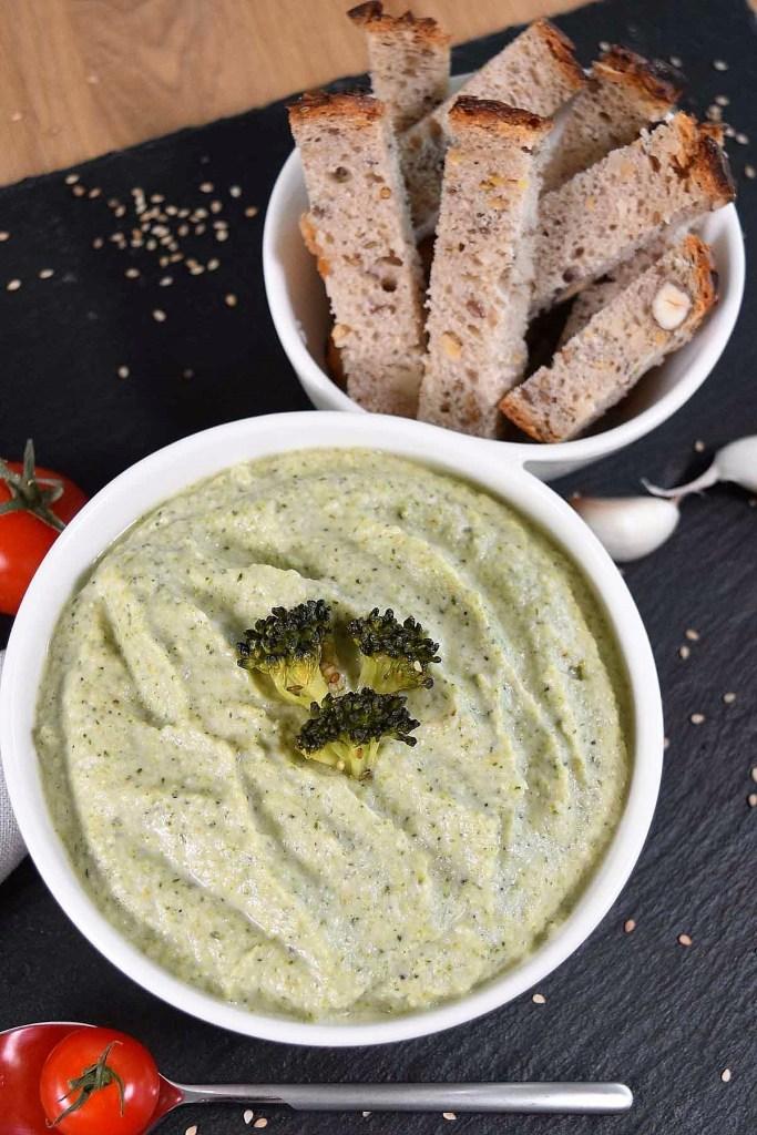 Brokkoli–Dip mit Sesam-Beilagen-ballesworld
