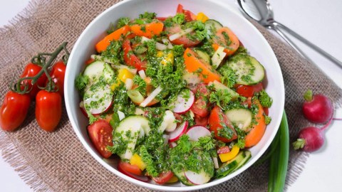 Bunter Salat mit Rucola Dressing-Anrichten-ballesworld