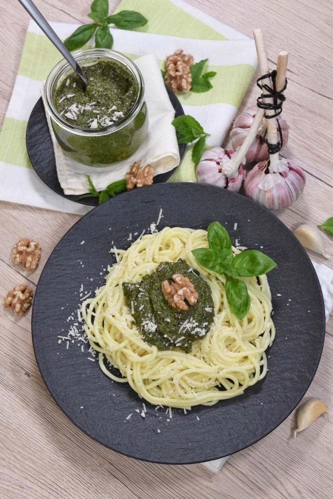 Basilikum-Minze Pesto mit Walnüssen-Spaghetti mit Pesto-ballesworld