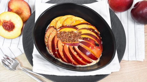 Fruchtiges Frühstück mit Macapulver-Anrichten-ballesworld