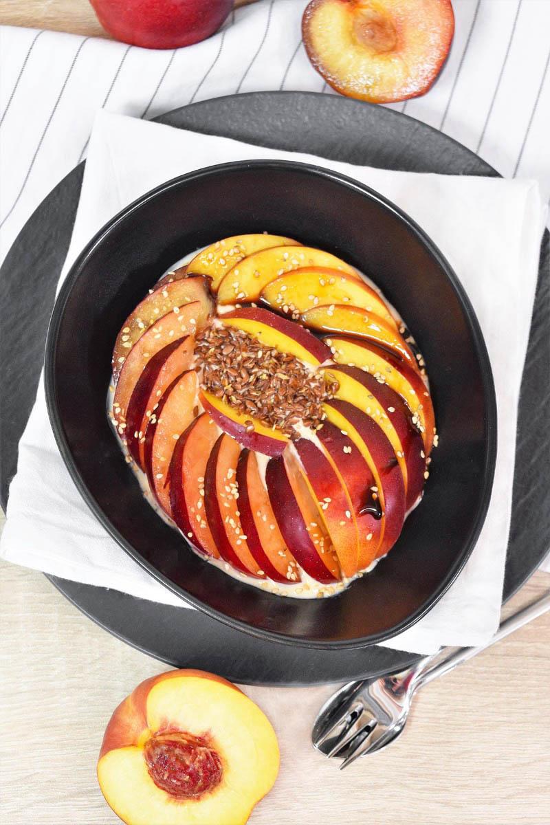 Fruchtiges Frühstück mit Macapulver-Frühstücks Bowl-ballesworld