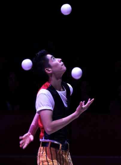Ty-Tojo-juggler-Big-Apple-Circus-2013