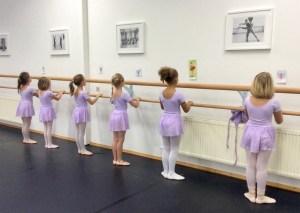Kinderballett: Kinder an Ballettstange
