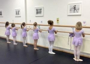 Ballettkinder an der Stange
