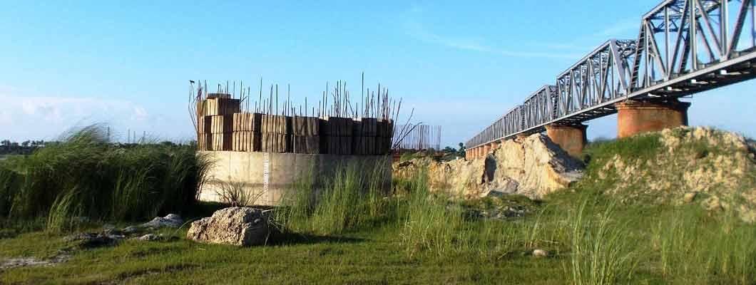 अंग्रेजों के बनाए सौ साल पुराने पुल पर कब तक दौड़ेगी राजधानी