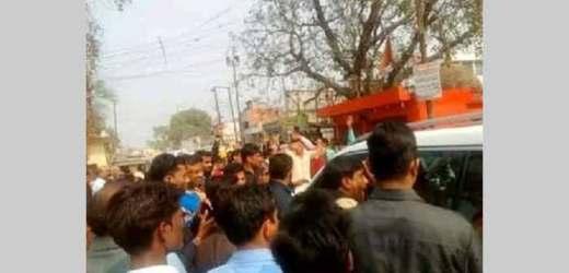 बस्ती में भाजपा सांसद की गाड़ी के आगे लेटे बागी, सीतापुर में भी बवाल