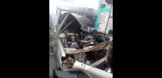 कोहरे में बोलेरो-ट्रक में टक्कर,महिला समेत दो गंभीर