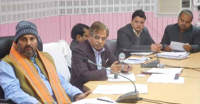 जनकल्याणकारी योजनाओं की धीमी प्रगति से खफा मंत्री ने अधिकारियों के कसे पेंच