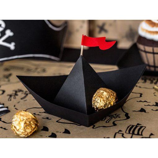 Faltschiffe ''Pirate's Party'', schwarze Faltblaetter und rote Wimpel, 6er Pack, 19 x 14 cm, Dekobeispiel