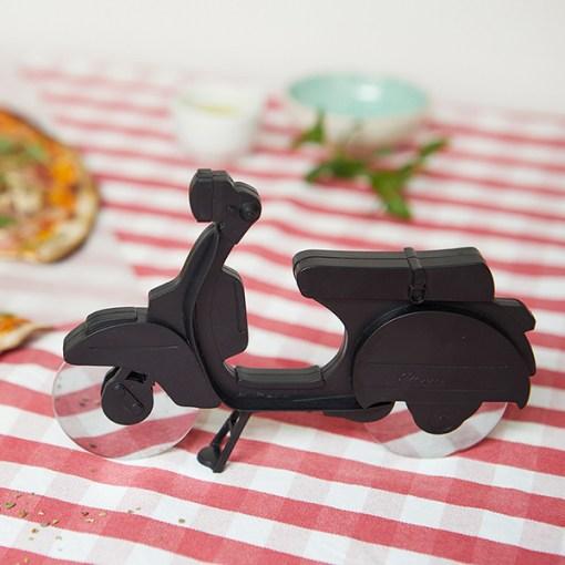 Pizzaschneider Motorroller, ABS-Kunststoff schwarz, Edelstahl-Rollmesser, Aufstellstaender, 11,5x17,5x1,7 cm, Beispielbild