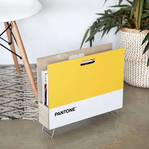 Zeitungsstaender Pantone, 2 Griffloecher, Holz gelb-weiss, innen natur, 28x38x9 cm, Dekobeispiel