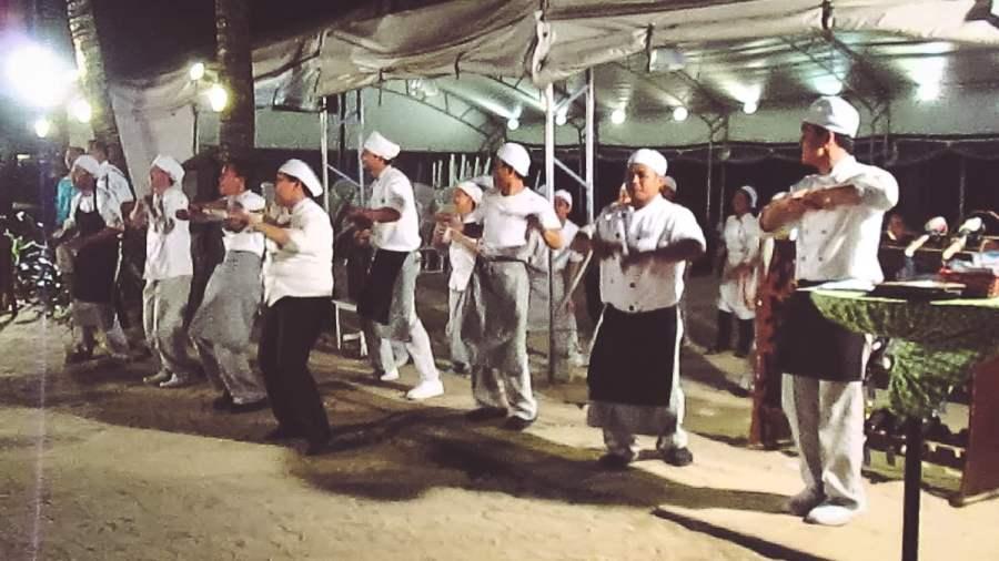 Đầu bếp nhảy múa theo nhạc trước Boracay Regency