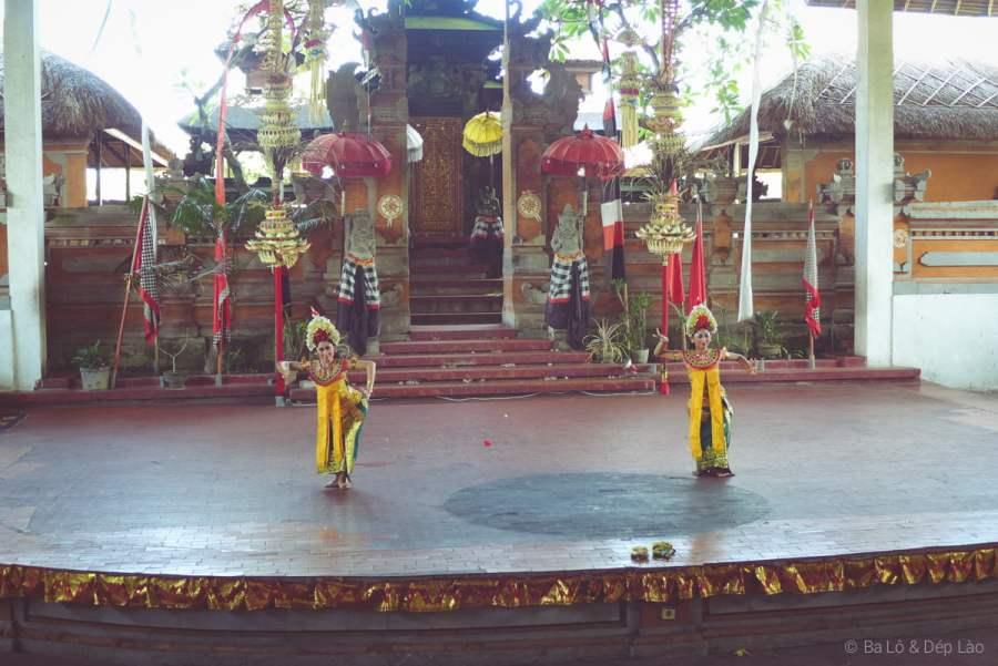 Nghệ sĩ Kich wayang wong mặc trang phục rực rỡ và đeo mặt nạ truyền thống
