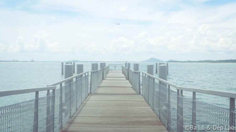 Cầu cảng giữa biển của đảo Pulau Ubin tuyệt đẹp. Đứng trên cầu, các bạn có thể thấy được máy bay cất cánh từ Singapore