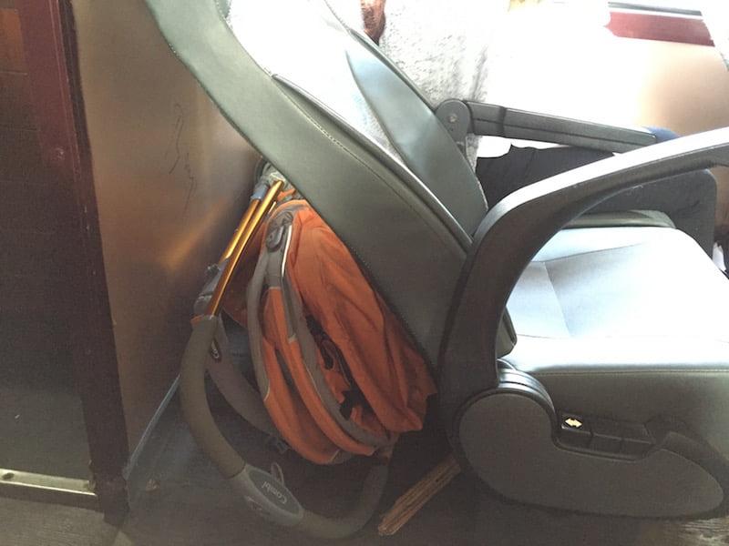 Ghế đầu hoặc cuối toa có thêm không gian để đồ cho bạn