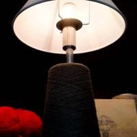 """Lampada da tavolo della serie """"Bobine"""". Riciclo creativo, upcycling e ecodesign."""