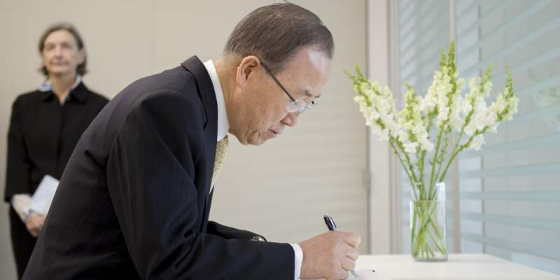 Secretary-General Ban Ki-moon signs a book of condolences at the Permanent Mission of Belgium to the United Nation, on the loss of lives as a result of the 22 March terrorist attacks in Brussels. UN Photo/Rick Bajornas