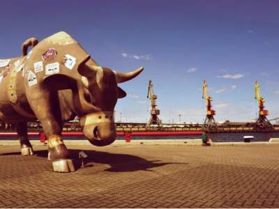 Statues of cows are everywhere in Ventspils. This cow traveler is one of the biggest ones stands at Ventspils port