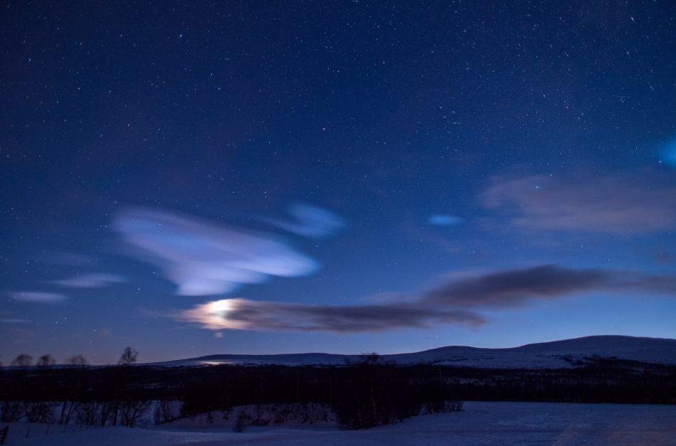 Nachthimmel mit nachtleuchtenden Wolken