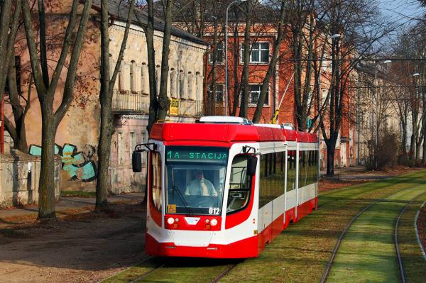 В Даугавпилсе количество перевезенных трамваями людей упало на треть