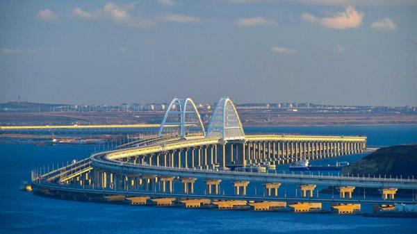 Грузовые поезда начинают движение по Крымскому мосту
