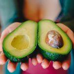 Диетологи: Авокадо, яйца и орехи могут провоцировать рост жира на животе