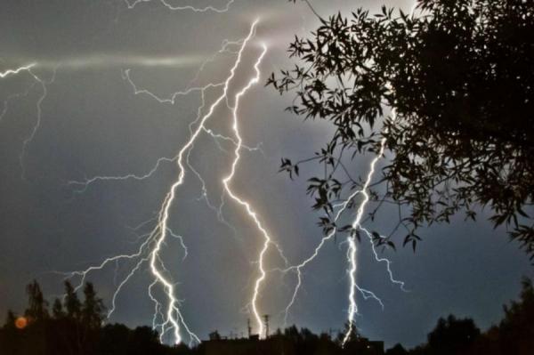 В ближайшие сутки в Латвии ожидаются сильные дожди и грозы