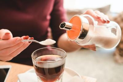 Натуральные продукты, которые заменят сахар. Полезные сиропы, стевия, мёд – что выбрать