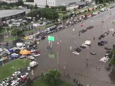 Смогут ли владельцы затопленных московским ливнем машин взыскать компенсацию с коммунальщиков
