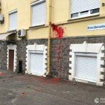 В Украине считают запугиванием нападение на офис Медведчука