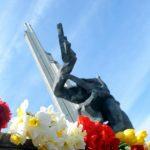 """Публицист: советские памятники в Латвии """"помпезны и агрессивны"""""""